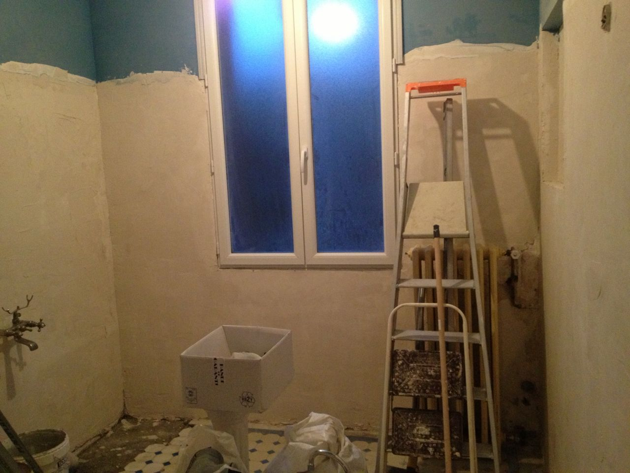 Sdb des murs trous de l 39 enduit salle de bain - Enduit mur salle de bain ...