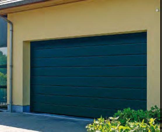 Porte de garage sectionnelle TUBAUTO en acier, isolée et motorisée, couleur anthracite RAL7016, surface silkgrain, rainures M