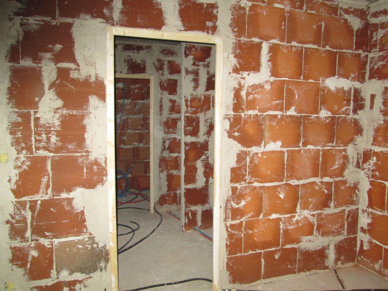 Notre salle d'eau, et au fond le dressing, vu de notre chambre. <br /> Les platriers nous on fait une paroi en brique pour notre douche, erreur, il devait y avoir une paroi vitrée.Nous avons tout de même conservé ce mur!!!