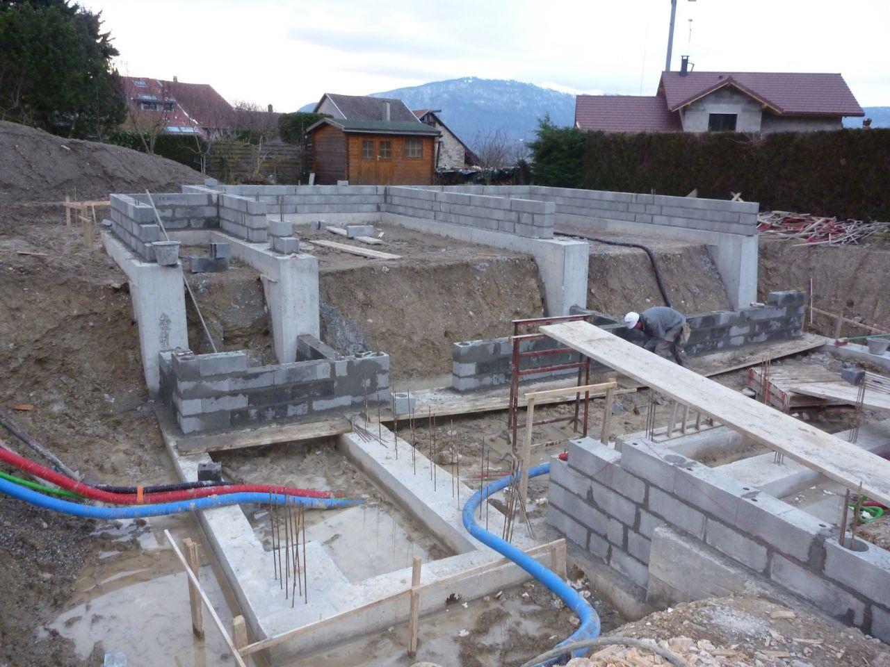 Le vide-sanitaire et les murs du sous-sol en cours de montage