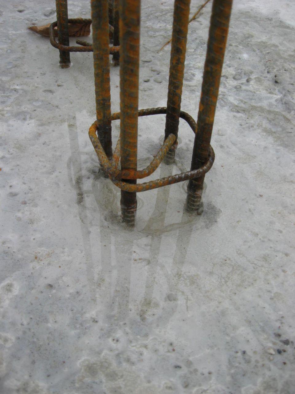 Un léger manque de béton au niveau d'un ferraillage de coin