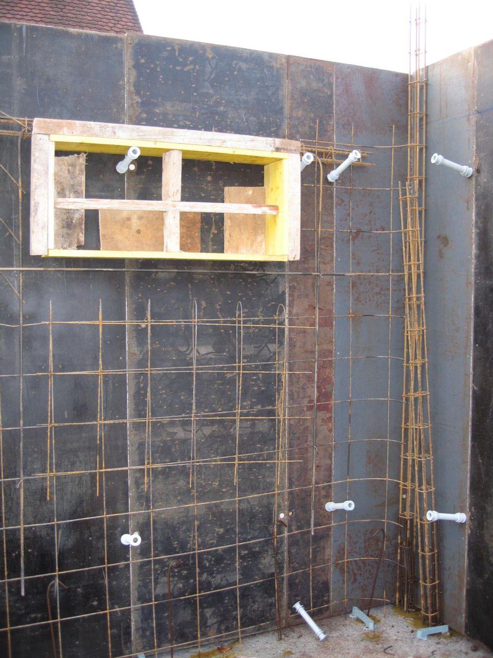 La réservation pour une fenêtre de cave, avec prévue directement la feuillure pour la fenêtre.