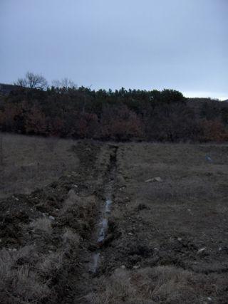 Tranchée pour amener le tout à l'égout et l'eau potable sur le terrain
