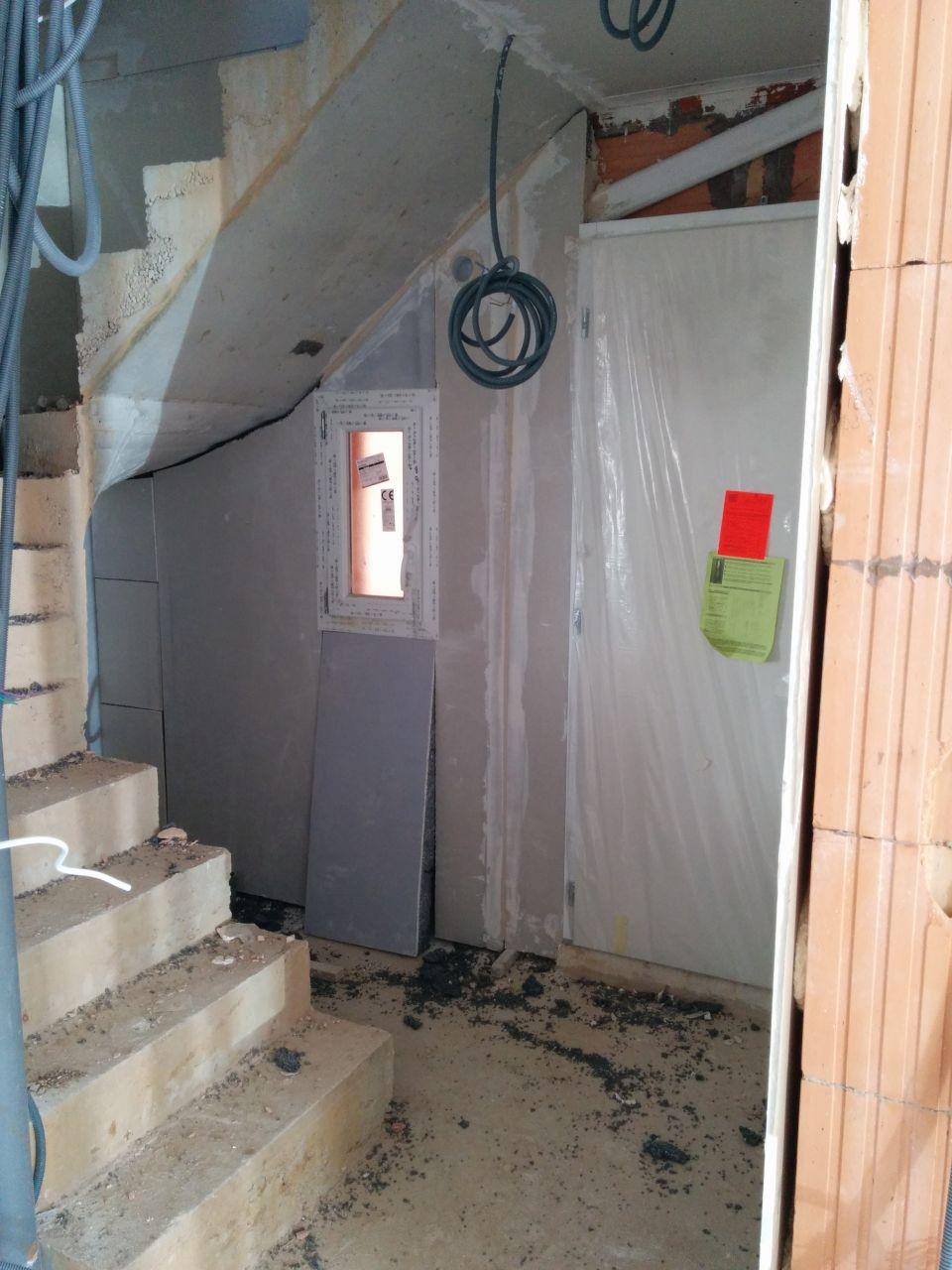 entrée (WC sous l'escalier)