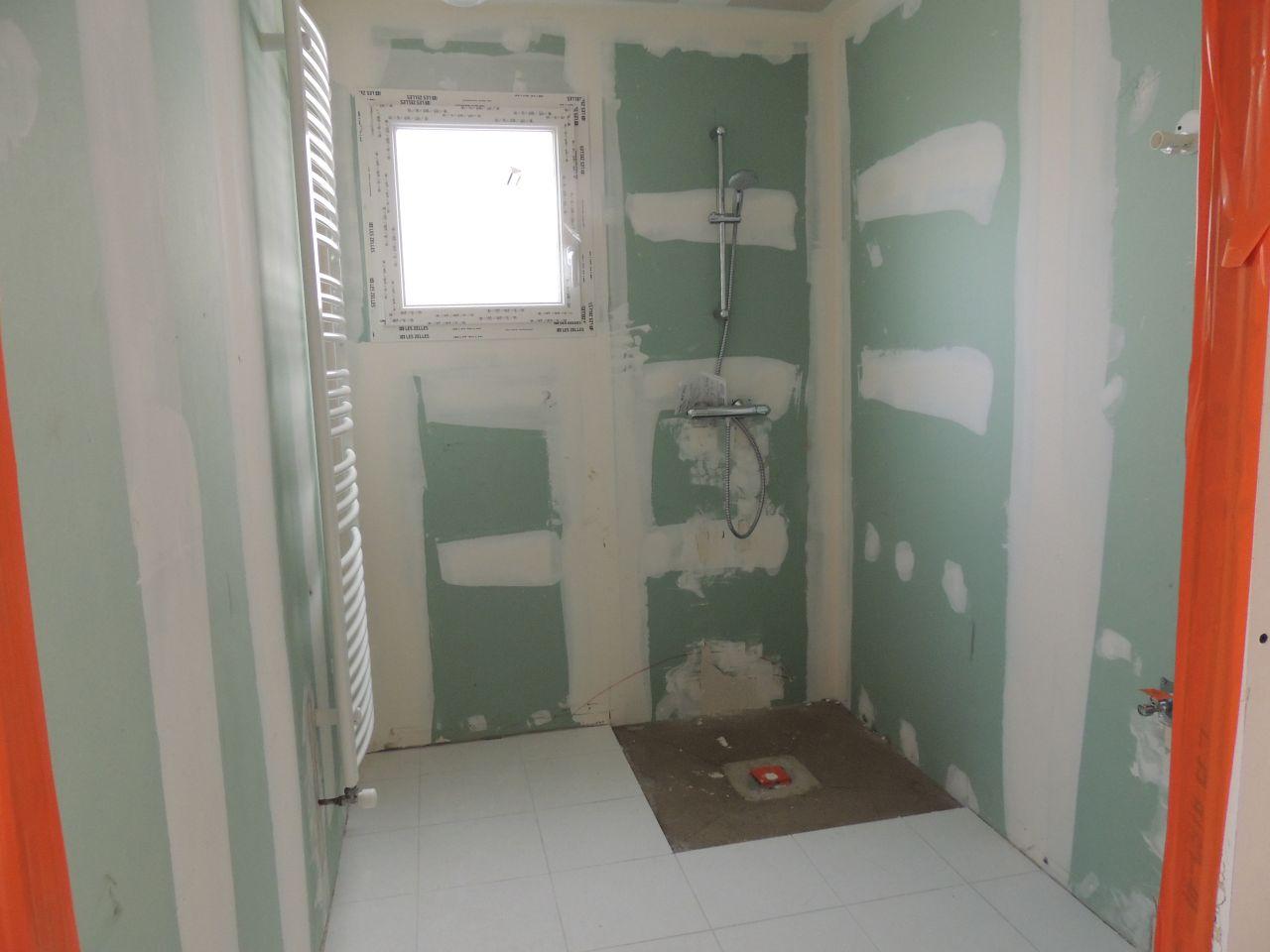 SDB du RDC avec  douche à l'italienne et radiateur sèche serviette