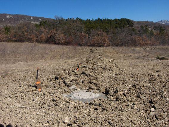 Tranchée fermée pour amener le tout à l'égout et l'eau potable sur le terrain