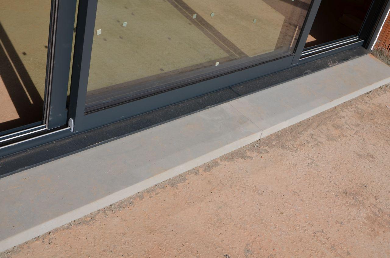 Baie sur appui de fenêtre en beton