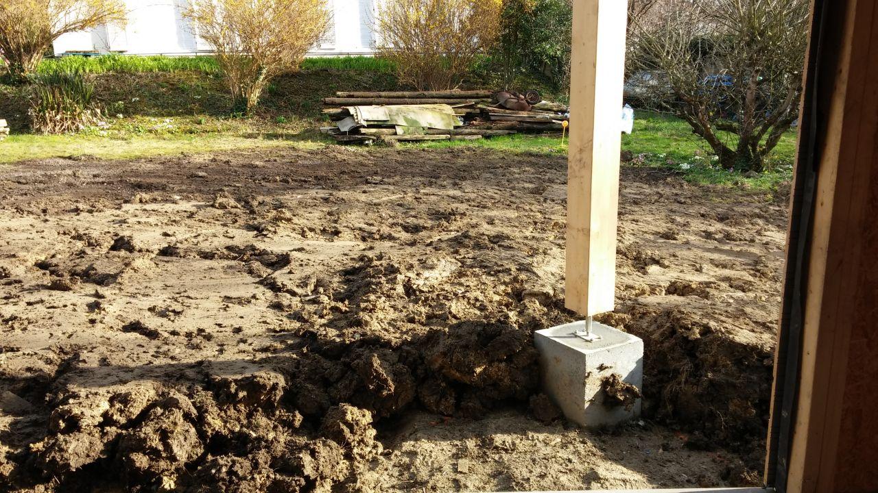 Terrain aplati mais vu la terre, on n'est pas prêt de faire pousser des tomates... Bon, il manque la terrasse !