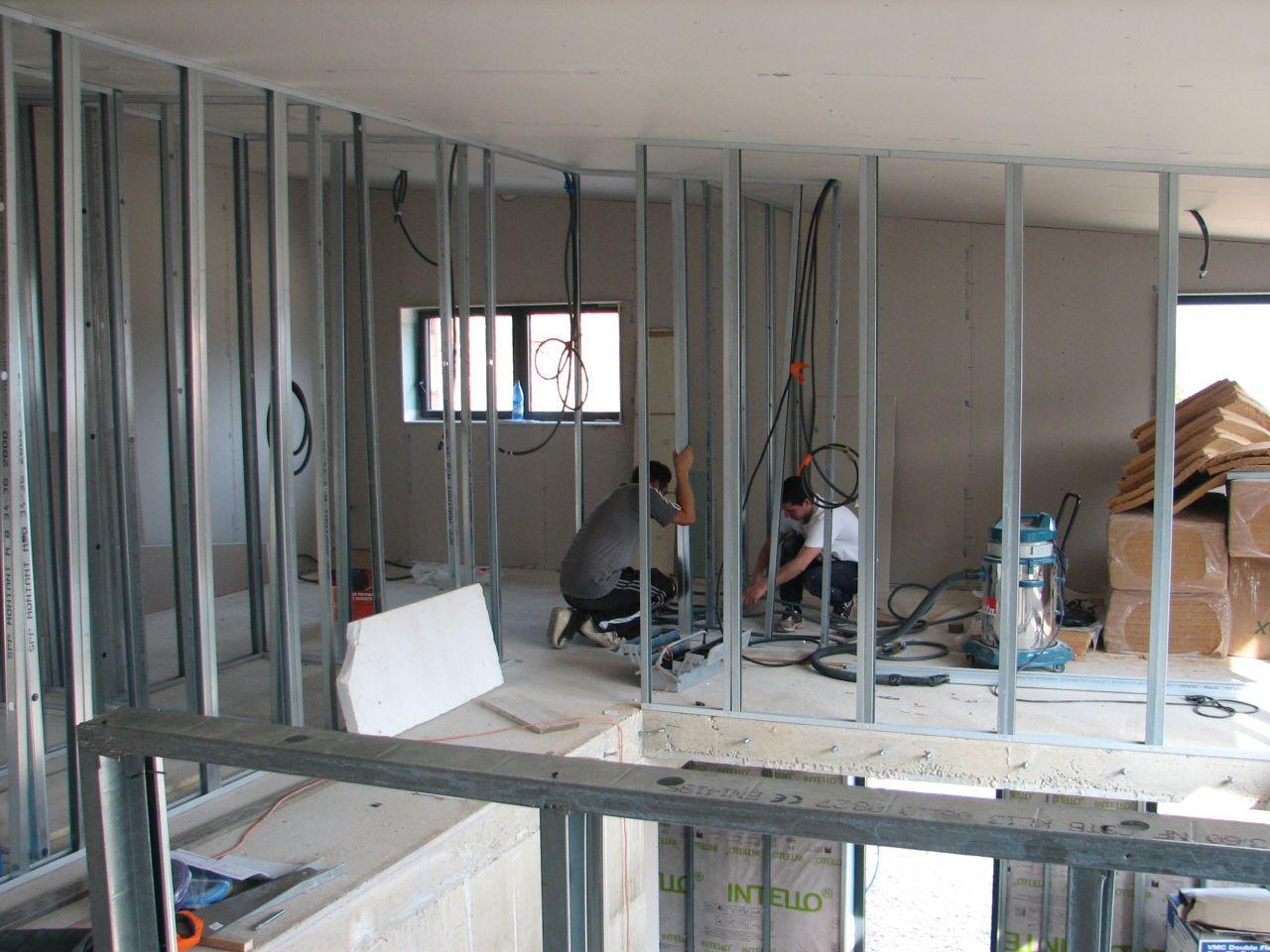 pose des rails et des montants cette fois à l'étage..et murs extérieurs et plafond plaqués!!!