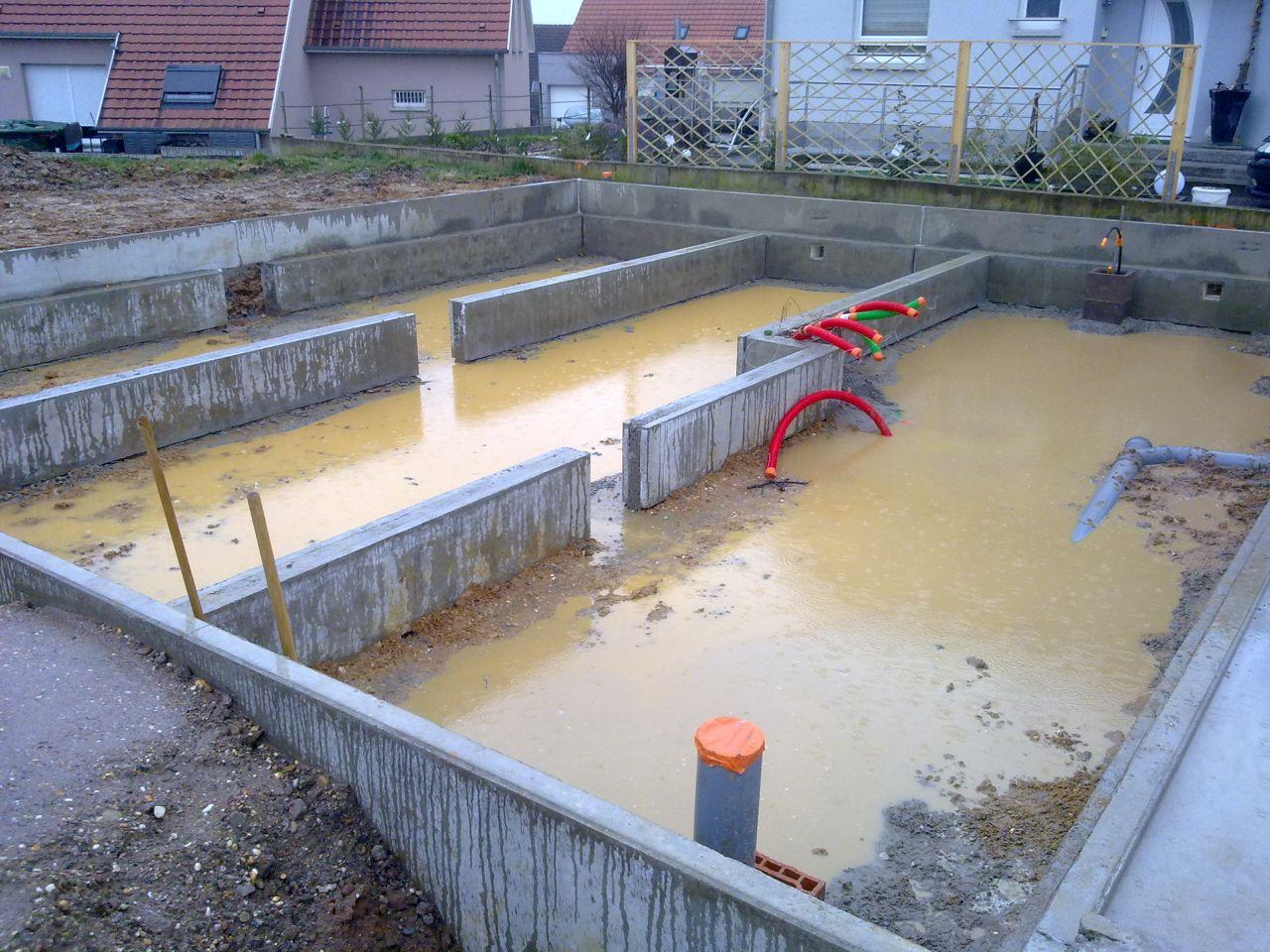 Mise en place du vide sanitaire ; la maison reposera sur des longrines, et non un radier, afin de minimiser les ponts thermiques au sol, les 40 cm d'isolation du plancher faisant le reste.