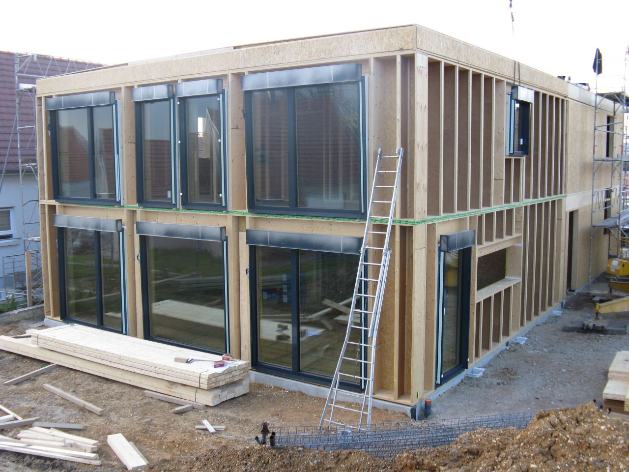 Montage des fenêtres côté sud, le côté qui va récolter la chaleur solaire. triple vitrage, facteur solaire de 61% (61% de la lumière traverse), Uw de 0.64 W/°K/m2
