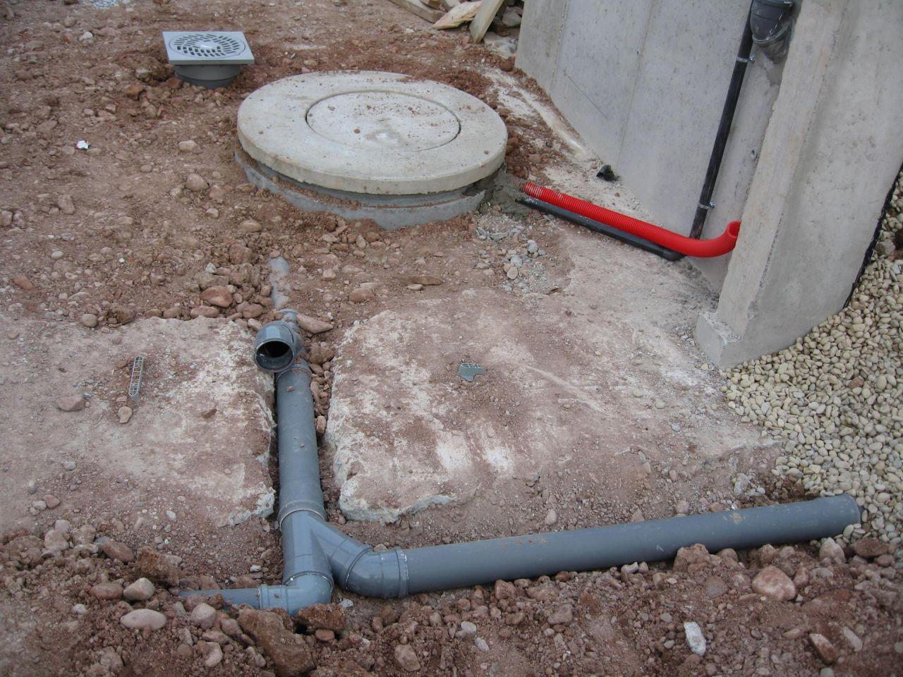 La fosse en place avec le BJ300 et le futur caniveau