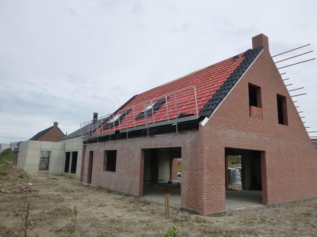 La pose des fenêtres de toit est faite, et celle des tuiles est en cours