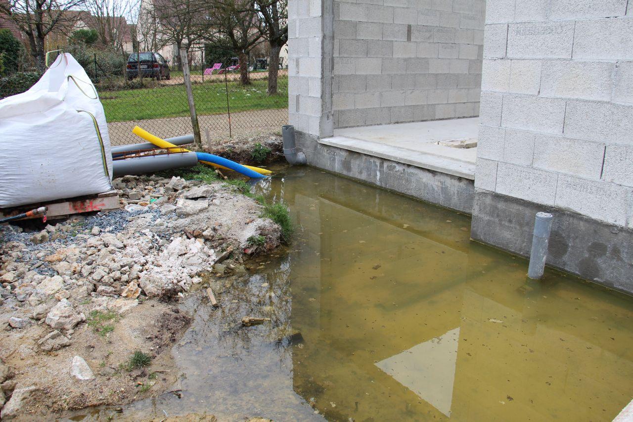 L'eau monte autour de la maison mais aussi dans le vide d'air!