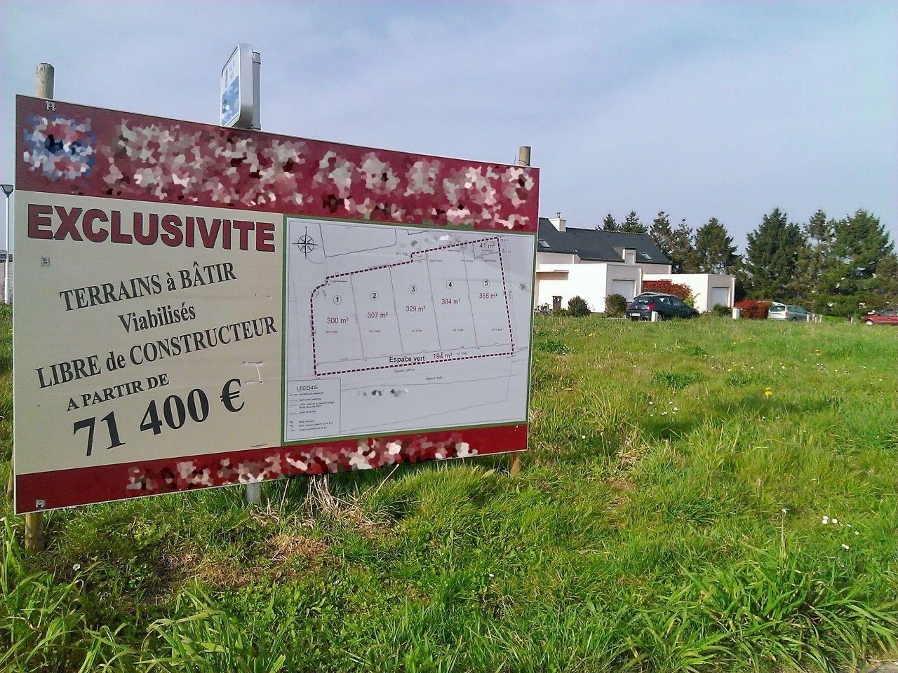 Pancarte avec les terrains en vente.