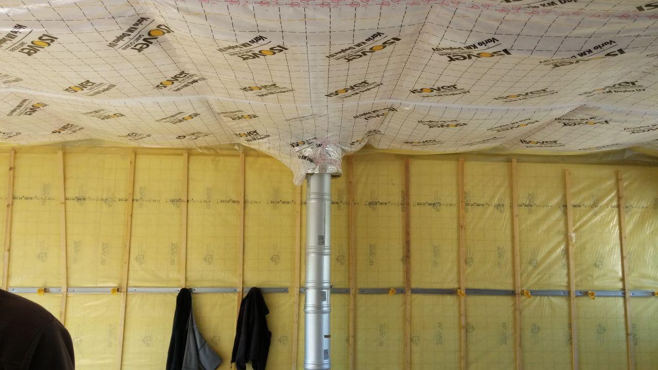 La pose des rails pour le placo et de l'isolation des plafonds pare vapeur inclus à l'étage