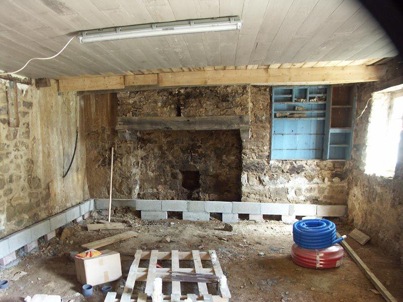 Après décaissement, réalisation des fondations des murs de doublage. Les murs enterrés sont parfois humides et seront cachés par un doublage en béton cellulaire.