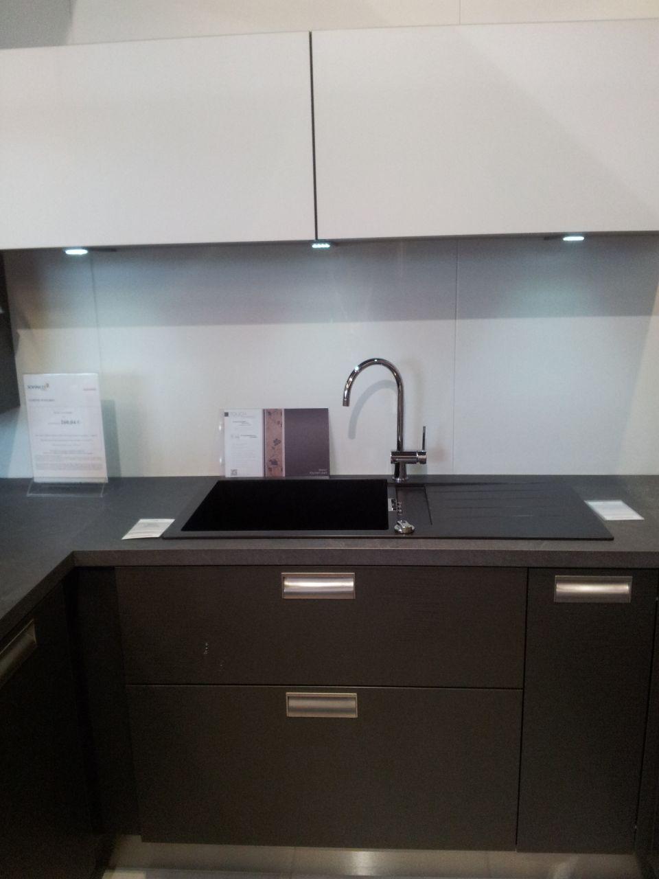 Modèle d'expo chez cuisinella, style du meuble haut, du lavabo (choisit en 1 bac et demi) et de la plomberie.