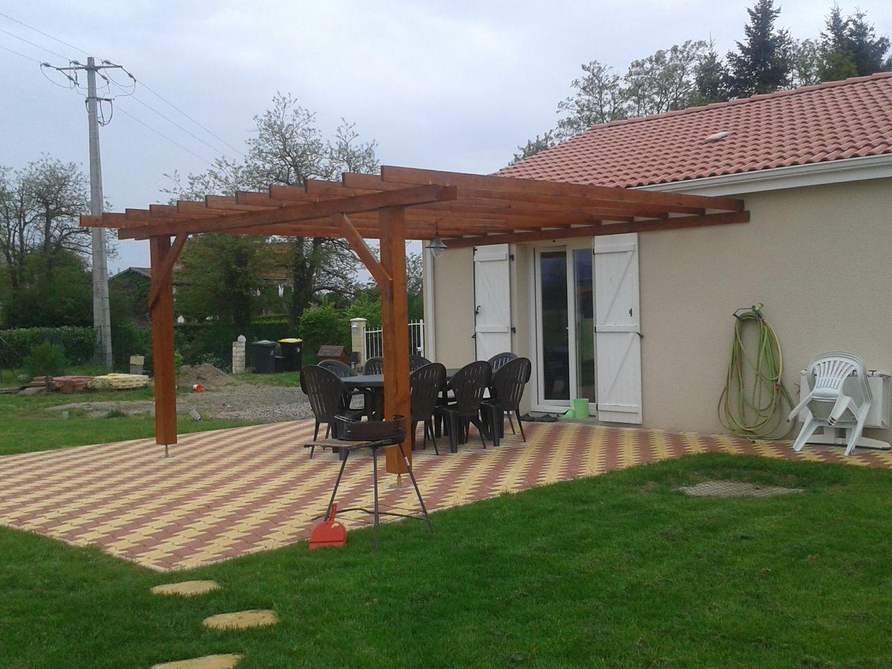 Photos de vos terrasses diff rents mat riaux groupes for Lampe exterieur pour pergola