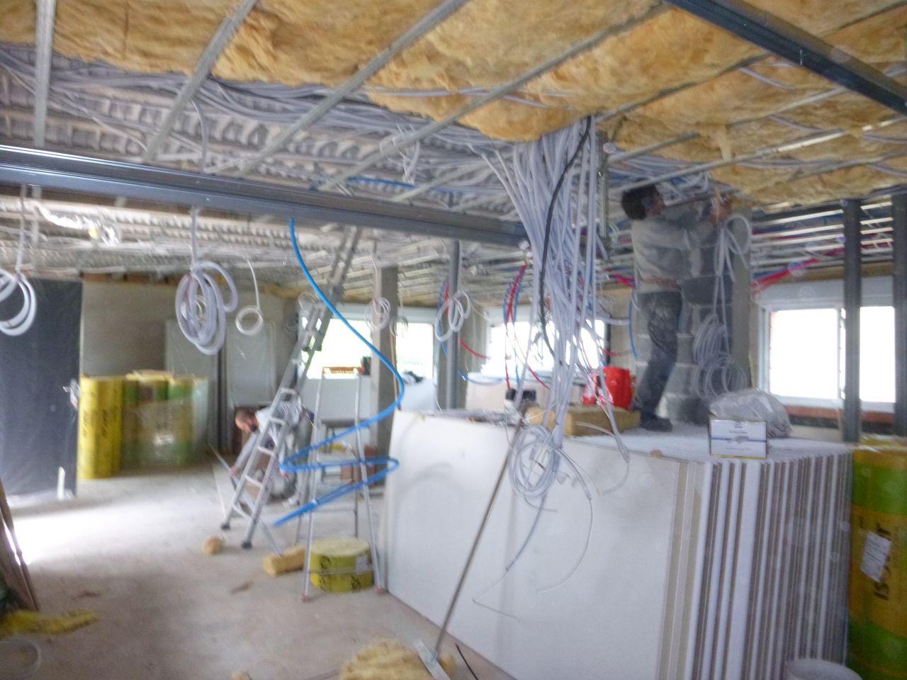 Electricité, passage des tuyaux d'évacuation, eau, gaines VMC, isolation, placo