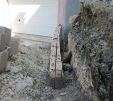 Les murs de retenue de terre à l'avant avancent.