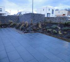 la terrasse mouillee au petit matin le gris du granit devient noir une fois mouille de quoi avoir une terrasse differente en fonction de la meteo d