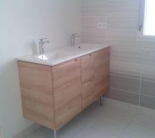 Meuble de salle de bain en cours de montage