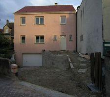 Les murs avant sont presque terminés (manque 2 rangées à gauche); la pente jusqu'à la voirie a été décaissée.