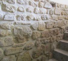 Le mur de l'escalier est fini, il manque les pierres sur les marches