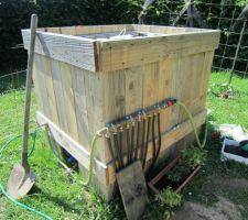 Et voilà une cuve de récupération d'eau habillée de bois, avec tout le système d'arrosage intégré.