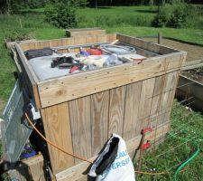 Cuve de 1000 litres. L'arrosage est assuré grâce à une pompe installé dans un coffrage dédié.