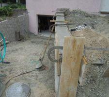 Coulage du béton sur le haut du mur de retenu de terre.