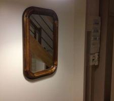 Mon beau miroir dans l'entrée, le coin technique a depuis été caché par un rideau