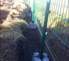 Grillage du fond du jardin posé avec de bonnes fondations