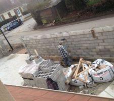 Le ciment est fait au sol, 5 toupies auront été nécessaires pour nos 140m2....