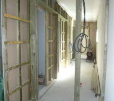Couloir avec les cloisons pour les portes intérieures à galandage