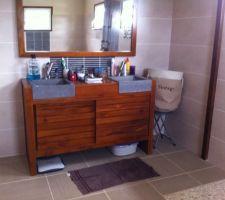 Le meuble avec vasques de la salle de bain parentale