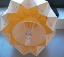 l abat jour de la lampe origami avant d etre suspendu