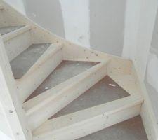 escalier en sapin neuf et propre apres passage platrier