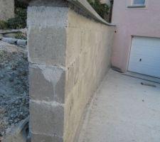 chapeaux poses sur une couche de beton au dessus des arases