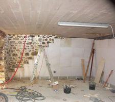 Le doublage côté ouest, réalisé en béton cellulaire il vient en continuité du vide sanitaire le long des murs enterrés.