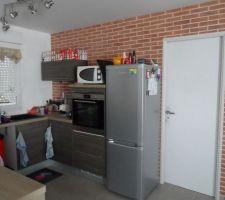 Mur de la cuisine donnant sur le cellier