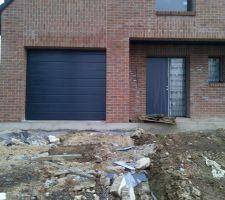 Voilà ils sont  enfin venu mettre la bonne porte de garage!!!