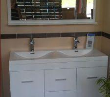 Ensemble meuble double vasque et miroir choisi pour la salle de bain de l'étage