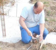 voila je pose les piquets et le fil de terre car trouillas construction va commencer le vide sanitaire mardi et que c'est moi qui sera l?électricien je fais mon boulot