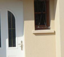 Enduit de la façade, vue de l'entrée (côté escalier de l'entrée)