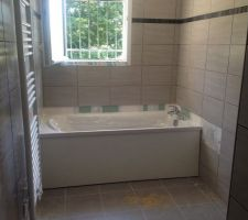 Et voilà la baignoire fraîchement installée! Avec son cache baignoire.