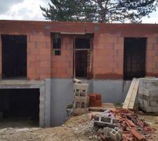 Enduit d'étanchéité du sous-sol et murs du rez-de-chaussée terminés