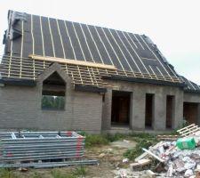 C'est parti pour la toiture! Par contre j'ai hâte que le chantier soit nettoyé!