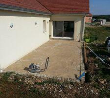 debut de preparation pour faire la dalle de la terrasse nous avons rabaisse le muret et scelle des agglo contre le mur puis remblaye